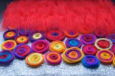 DIY Tutorial Felt Pillows - How to felt a pillow - DIY pillows wet felting wool lay out - Felt Crafts, Fabric Crafts, 1st Grade Crafts, Felt Pillow, Needle Felting Tutorials, Felt Christmas Decorations, Art Textile, Felt Patterns, Nuno Felting