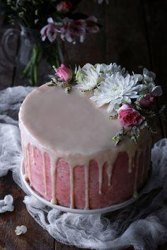 Vegan Vanilla Cake with Strawberry Buttercream Veganer Vanillekuchen mit Erdbeerbuttercreme Gluten Free Vanilla Cake, Vegan Vanilla Cake, Strawberry Vanilla Cake, Strawberry Buttercream, Buttercream Cake, Food Cakes, Cupcake Cakes, Cupcakes, Vegan Recetas