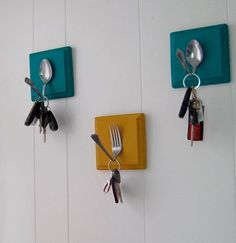 Forks & Spoons to hang your keys? Oh how cute is that!     Tip: You can also use spray the metal fork and spoons with a different colour! Talk about metallic colours ;)