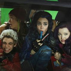 When the teacher catches you eating in class. Disney Channel Descendants, Disney Descendants 3, Descendants Cast, Disney Channel Stars, Descendants Characters, Disney Characters, Cameron Boyce, Mal And Evie, Image Film