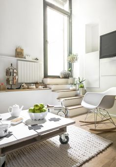 White, green and oak in this small living room | Photographer Julien Fernandez | amandinejules.com | vtwonen May 2015