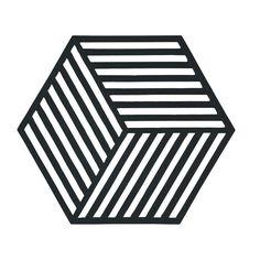 Onderzetters voor pannen hoeven niet saai te zijn! Met de fancy onderzetters van Zone Denmark leg je een schitterend patroon op tafel, mét 3D-effect. Deze siliconen Hexagon onderzetters zijn eigenlijk te leuk om na het eten weer in de kast te leggen…