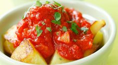 Patatas bravas are crunchy potatoes baked in the oven, covered with a spicy sauce: this tasty Spanish food is even completely vegan Potato Dishes, Food Dishes, Side Dishes, Classic Italian Dishes, Easy Potato Recipes, Nutrient Rich Foods, Vegetable Puree, Spicy Sauce, Food Recipes