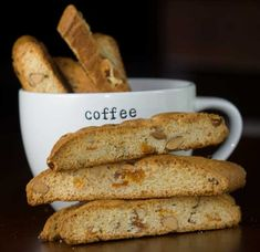 Yummy: Almond and apricot biscotti Easy Biscotti Recipe, Biscotti Cookies, Italian Cake, Protein Foods, High Protein, Roasted Almonds, White Chocolate Chips, Afternoon Tea, Cookies