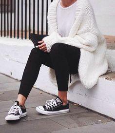 Tendance Chaussures 2017 The Basics // Light White Tee Chunky Oversized Cardigan Leggings Converse