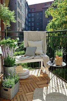 amenager son balcon, banquette blanche et petite table ronde, pots de fleur en métal