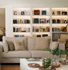 ¿Qué luz le va a cada estancia? ¡Acierta! · ElMueble.com · Escuela deco Living Room Bookcase, Cosy Room, Living Room Designs, Living Room Decor, Book Wall, Modern Basement, Home Libraries, Beautiful Interiors, Sofa Gris