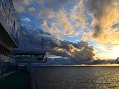 Pilvimeren saattelemana kohti auringonlaskua.