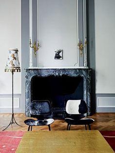 Inside the 17th Century headquarters of haute couture house Viktor & Rolf: Charles & Ray Eames sillas de vaca 'DCW' y la lámpara de Studio Job 'caballo' en la sala de jardín.