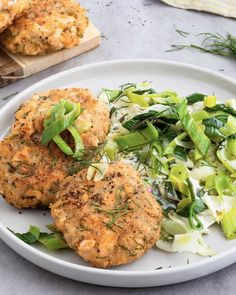 Lachsfrikadelle mit Lauchgemüse Salmon meatballs on leek vegetables - protein-rich fish patties with crispy, creamy leeks. A healthy and quick recipe. Shrimp Recipes, Fish Recipes, Pasta Recipes, Salad Recipes, Chicken Recipes, Dinner Recipes, Vegetable Protein, Quick Recipes, Food Dinners