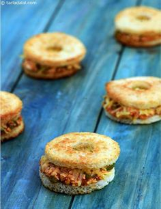 Paneer and Capsicum Discs recipe, Sandwich Recipes Healthy Party Snacks, Party Finger Foods, Quick Snacks, Dinner Healthy, Sandwich Recipes, Snack Recipes, Cooking Recipes, Vegetarian Recipes, Cheese Recipes