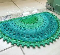 tapete-meia-lua-candy-collors-decoracao-para-quato-de-bebe - Salvabrani Crochet Rug Patterns, Knitting Patterns, Doily Rug, Crochet Decoration, Knit Pillow, Round Area Rugs, Crochet Flowers, Rugs On Carpet, Crochet Projects