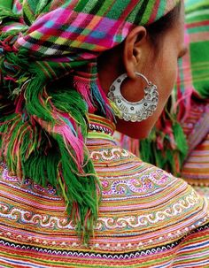 Платок в народном костюме хмонгов (Юго-Восточная Азия).