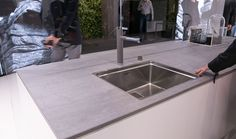 Küche-weiss-graue-Arbeitsplatte-beton