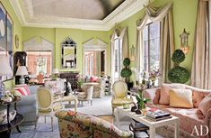 """No monotony or grey in this beautiful and spacious penthouse in New York City: here, light delicate patterns and colours exudea witty andradiant atmosphere. Mario Buatta is the designer behind this transformation: """"I think color is so important, especially in New York, to come in from streets full of stone and cement to a drab »"""