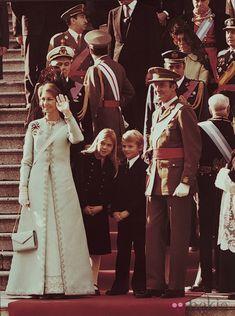 Los reyes Juan Carlos y Sofía, con el príncipe Felipe y la infanta Cristina, el día de su proclamación