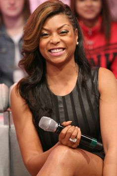 Taraji P. Henson caramel, using the colors of brown and black hair. But it shows her old hair color caramel. I think chocolate brown and black hair color is very nice. Tree Braids Hairstyles, Summer Hairstyles, Pretty Hairstyles, Straight Hairstyles, Girl Hairstyles, Braided Hairstyles, Black Hairstyles, Curly Crochet Hair Styles, Curly Hair Styles
