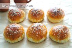 Hamburger Ekmeği Tarifi - Malzemeler : 2 su bardağı ılık su, 1 paket instant maya, 1 yemek kaşığı şeker, 1 tatlı kaşığı tuz, 4-4,5 su bardağı un, Üzeri için bir yumurta sarısı, susam.