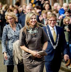 NIEUWER TER AA. Dorpshuis Ons Genoegen in Nieuwer Ter Aa krijgt een Appeltje van Oranje. En dat kwam het Oranjehuis zelf vertellen: koningin Máxima kondigde...