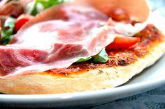 Sådan laver du den bedste dej til pizza, der giver dig en sprød pizzabund. Her er samtidig de gode råd til bagningen af den perfekte pizza. Uden en god dej til pizza får du aldrig en god og sprød p…