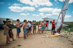 Вот так проходят уроки по виндсерфингу на SUNART. Сначала инструктаж на суше, потом в воду  Я ЕДУ НА SUNART:sunartclub.ru  #sunart #sunart2016 #виндсерфинг #верет #море #серфинг