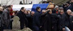 Le cercueil de ce fonctionnaire était recouvert d'un drapeau français et entouré de trois hommes portant des petits coussins bleus ornés de son képi et de ses décorations.