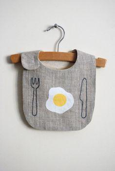 Comience su día delicioso con su bebé con este babero. Si buscas algo sencillo y moderno para su bebé especial, es este. Bordados a mano, diseño