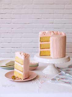 """Generalmente las tartas tipo layer cakes se suelen reservar para fechas señalas o celebraciones destacadas. Pues ésta no se ajusta a esa máxima. O sí; siempre hay algo que celebrar, ¿verdad? Sin embargo, en esta ocasión no quería acabar con una receta rebuscada o tremendamente laboriosa, así que me decidí casi al instante por una tradicional Yellow Butter Cake (literalmente """"tarta de mantequilla amarilla"""" o """"tarta amarilla de mantequilla"""", lo que os suene mejor; a mí no me suena bien ninguna…"""