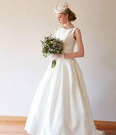 ウェディングドレス | ドレスベネデッタ | Wedding dress No. DBW-026 Dream Wedding Dresses, Bridal Dresses, Wedding Gowns, Flower Girl Dresses, Winter Hairstyles, Bride Hairstyles, Vintage Lace Weddings, Wedding Photo Inspiration, Bridal Style
