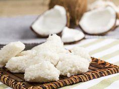 """Petites boules à la noix de coco """"cocadas"""", une recette sucrée délicieuse et végétarienne"""