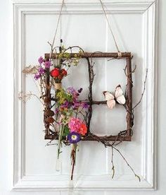 Spring window made of tree branches- Frühlingsfenster aus Ästen Bastelanleitung Spring door decoration with wood and flowers – crafting instructions via Makerist. Twig Crafts, Nature Crafts, Home Crafts, Diy Home Decor, Diy And Crafts, Tree Branch Crafts, Tree Branch Decor, Decor Crafts, Art Floral Noel