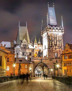 Praga. Já foi ou AINDA sofrendo pq não teve a chance de ir? A Ponte Carlos (Charles Bridge), um dos cartões postais mais famosos de Praga, é a primeira conexão entre a Cidade Velha (Staré Město) e a Cidade Baixa (Malá Strana) inaugurada em 1402. Hoje a ponte é acessível apenas para pedestres, o que a transformou num dos lugares mais concorridos de Praga, ainda mais com suas duas torres e 30 estátuas barrocas expostas ao longo de seus 516 metros de extensão. Todas as dicas no blog!