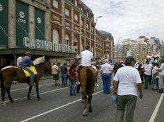 Un grupo de vecinos de los barrios Hipódromo, La Herradura y San Jorge, acompañados por la la Unión de Trabajadores del Turf y Afines (UTTA), se reunieron frente al Casino Central para pedir por la reapertura del Hipódromo Jardín.
