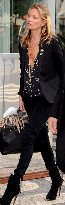 Who made  Kate Moss' white star print top, black boots, and tote handbag?