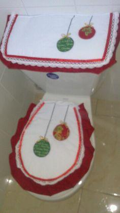 ornament toilet and seat cover Christmas Deco, Christmas Crafts, Merry Christmas, Christmas Ornaments, Toilet Decoration, Christmas Bathroom, Use E Abuse, Santa Marta, Bathroom Sets
