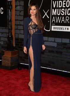 Selena Gomez en azul y negro! bello vestido!