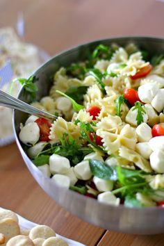 Tomaatti-mozzarellapastasalaatti yrttiöljyllä by Belle Baie Clean Recipes, Cooking Recipes, Healthy Recipes, Healthy Foods, I Love Food, Good Food, Food Goals, Health Eating, Healthy Meal Prep