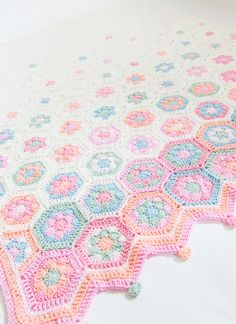 Hexagon Baby Blanket, Free Crochet Pattern from Jip by Jan with Diagram and Photo Tutorial of Join. Crochet Square Patterns, Crochet Chart, Crochet Blanket Patterns, Baby Blanket Crochet, Crochet Baby, Crochet Afghans, Crochet Granny, Crochet Home, Diy Crochet