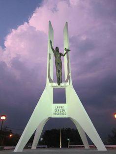 Monumento a La Constitución de El Salvador AKA La Chulona =) San Salvador, El Salvador