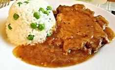 Minutkově připravené plátky krkovice, servírované přelité omáčkou připravenou z výpeku a spolu s hráškovou rýží.