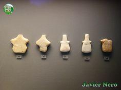 CICLADICA TEMPRANA III (FASE PHYLAKOPI I), 2300-2000 a. C. Este tipo de figuras altamente esquematizadas marca el final del arte cicládico temprano de talla en mármol. Su sexo o cualquier otro detalle de la forma humana no están representados. De Phylakopi en Melos, Siphnos y Amorgos. M.A.N. Atenas
