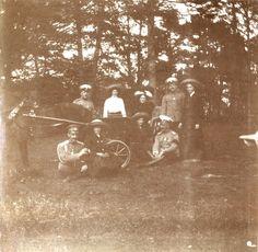 Empress Alexandra Feodorovna numa carruagem de cavalo acompanhada por suas filhas as Grand Duchesses Tatiana Nikolaevna, Anastasia Nikolaevna, Marie Nikolaevna e Olga Nikolaevna, e o Capitão Nikolai Pavlovich Sablin (sentado próximo a Marie), e outros oficiais em Livadia, em 1912.