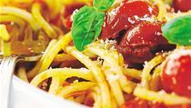 Rajská omáčka se hodí ke všem druhům těstovin. V Itálii patří k těm nejtradičnějším pokrmům omáčka z olivového oleje, česneku, rajských jablek a čerstvého koření, nejčastěji bazalky či oregana. Doplnit lze třeba tradiční italskou klobásou. Chybět nesmí pa   na serveru Lidovky.cz   aktuální zprávy