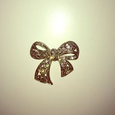 Bow brooch! One minor imperfection, stone missing (pictured). Jewelry Brooches