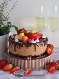 Kevään juhlakakku vielä hakusessa? Mitä jos yhdistät helppouden ja herkullisuuden? Kuulostaa hyvältä – tiedän! Tämä kakku valmistuu nopeasti – eniten aikaa vie koristelu ja siinäkin voit oikaista. Itselläni macaron-leivokset ja marengit ovat aina valmiiksi tehtyjä ja odottavat käyttöä leivosrasiassa (macaron-leivokset pakastimessa). Liivatteeton mansikka-suklaajuustokakku hyytyy pakastimessa tai jos haluat jääkaapissa ja sisältää aitoa mansikkaa sekä täyteläistä …