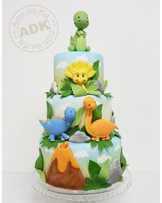 Cute dinosaur birthday party cake. Dinosaur themed birthday party for kids. Bolo Dinossauro