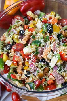 Italian Pasta Salad With Rotini, Green Bell Pepper, Orange Bell Pepper, Red Bell Pepper, Grape Tomat Greek Salad Pasta, Summer Pasta Salad, Pasta Salad Italian, Summer Salad Recipes, Summer Salads, Soup And Salad, Summer Food, Pasta Facil, Antipasto Salad