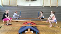 The focus is on learning basic motor skills, simple gymnastics . Ben Sports, Kids Sports, Pe Activities, Outdoor Fun For Kids, Kids Gym, Toddler Class, Vs Sport, School Games, School Sports
