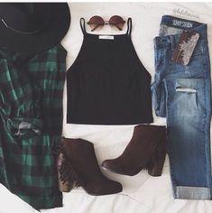 Chandail, pantalon, bottes et accessoires                                                                                                                                                     More