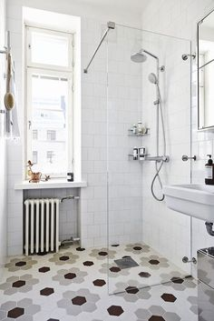 petite salle de bain moderne carrelage hexagonal douche italienne paroi verre